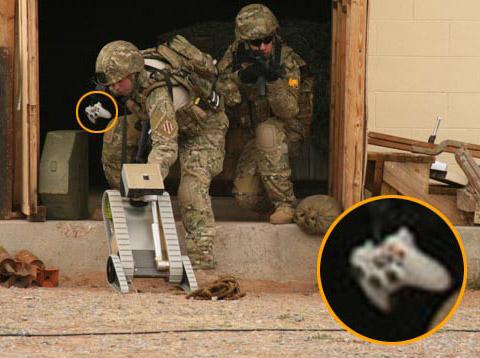 用XBOX360手柄操作侦察机器人的美军士兵